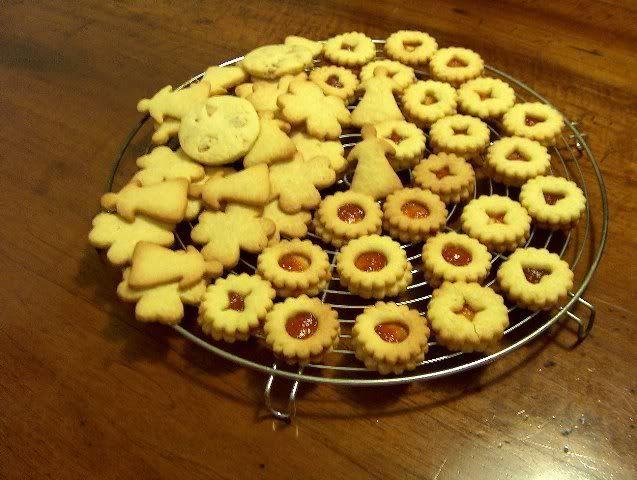 BISCOTTI DI NATALE parte prima Quando il Natale si avvicina viene voglia di fare qualche biscotto per accogliere i vicini, per farne piccoli doni. I coquinari hanno dato vita ad una raccolta amplissima di ricette, che spaziano dalle tradizioni locali a quelle più propriamente familiari. Da qui è nato un pdf talmente ampio che è...