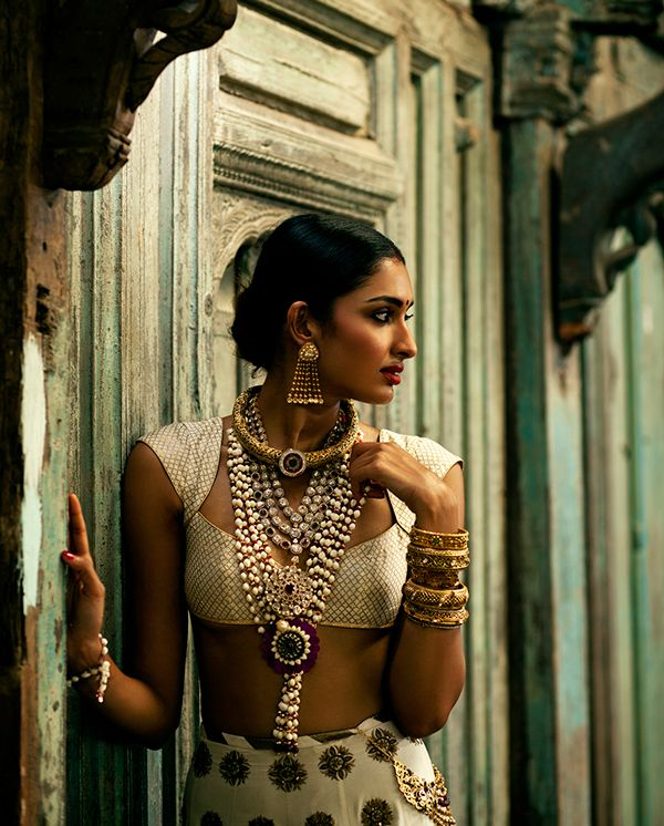 So striking on this skin tone.... Hope I look like this for my Buddhist wedding.... Also love the blouse-the cut and the neckline....