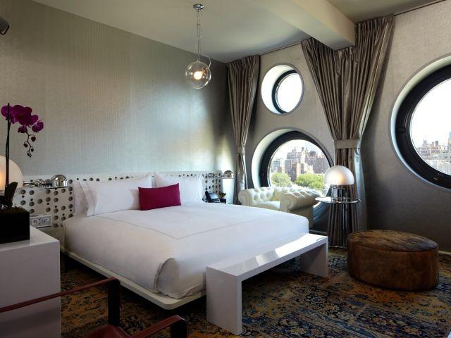 Круглые окна в спальне
