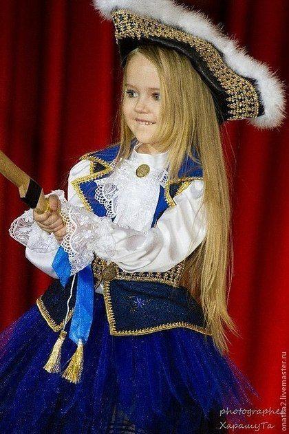 Купить или заказать Пиратка (карнавальный костюм) в интернет-магазине на Ярмарке Мастеров. ПИРАТКА, костюм капитана пиратов для девочки В комплекте: 1. Блуза с жабо. 2. Двухцветная юбка-пачка. 3. Камзол с золотом 4. Атласная шляпа-треуголка с пухом индюка. 5. Гетры в полоску 6. Банты-пряжки на обувь 7. Подвеска для украшения сабли (золотые кисти и ленты) ВНИМАНИЕ! Теперь я шью этот костюм из других материалов! Образцы используемых материалов - на двух нижних фото.