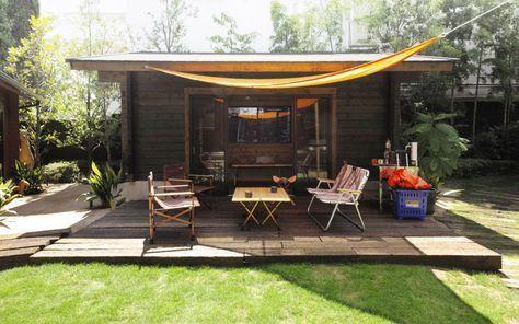 未経験でも建てられる! シンプルなログ小屋 訪ねたのは、ログハウスをメインに木の家を手掛けるBESSの代官山展示場。2016年8月にログ小屋を発表、その際、社員たちが自ら小屋を建てたというので、実物を見学に行ったのだ。展…