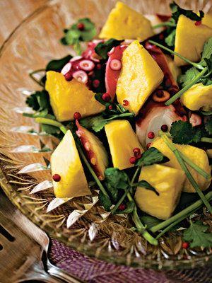 淡泊なたこをインパクトのある味に。パイナップルのような南国フルーツは、クレソンや香菜などの個性ある野菜に負けず、インパクトのある味の相乗効果を生む。ジューシーなパイナップルの果汁もドレッシング代わりに。|『ELLE a table』はおしゃれで簡単なレシピが満載!