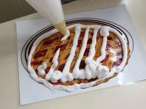 Taart versieren. Scheerschuim spuiten op een gelamineerd taart, kleuteridee.nl, thema bakker voor kleuters