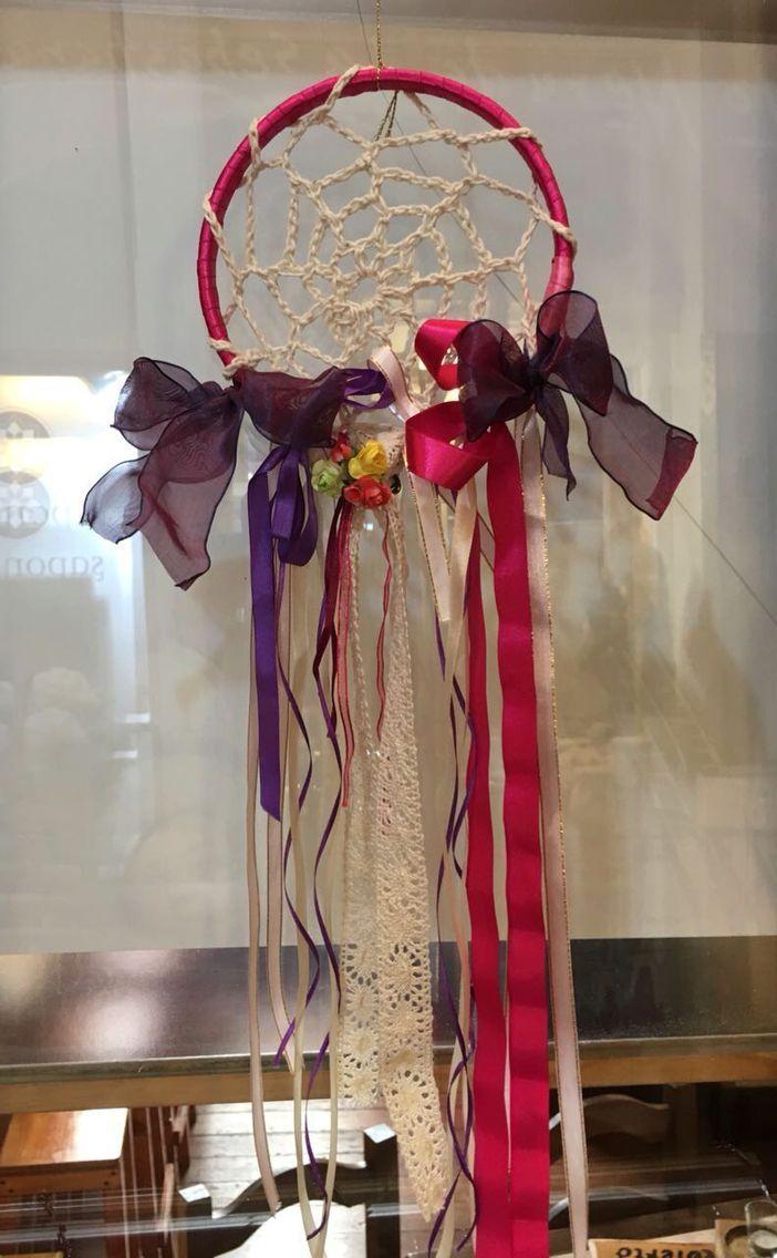 Atrapa sueños de crochet y seda CLP 18.000 de Tilonka Lanas