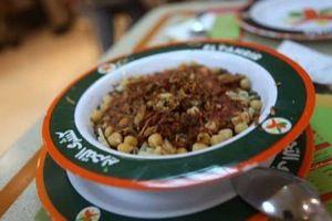 Kushari, içinde hamur, domates sosu, mercimek, nohut, soğan, pirinç ve sarımsak bulunan bu yemek karbonhidratça zengin ve 100 yılı aşkın bir tarihe sahip yöresel bir lezzettir. #Maximiles #Mısır #Kushari #gurme #MısırMutfağı #gurmeseyahati #food #yemek #yemekler #seyahatrehberi #lezzetliyemekler #farklılezzetler