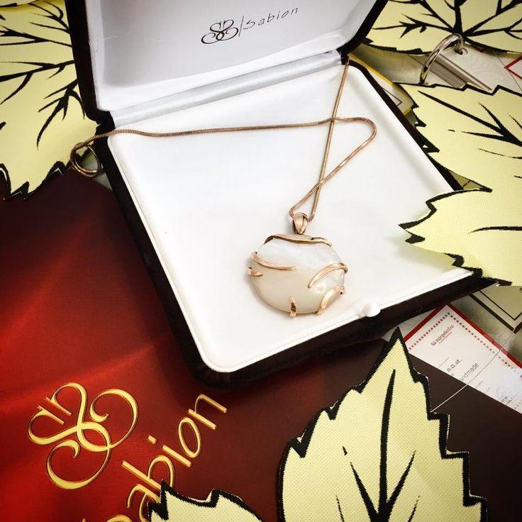 Da, este adevărat - fără pasiune nu poți meșteșugi bijuterii cu suflet. Noile colecții Sabion sunt acum în magazine. #Sabion #Jewelry #collections #yellow #gold #18k #pendant #stone