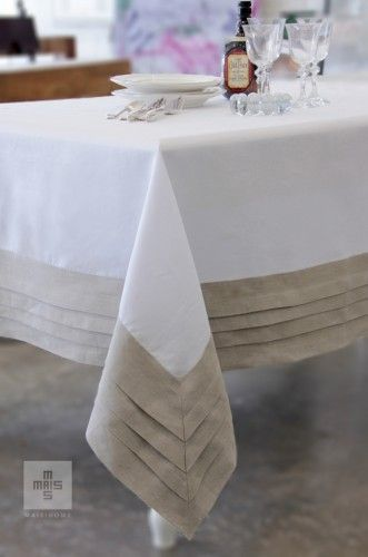 Toalha de mesa branca com barrado bege em linho. White and beige linen tablecloth.: