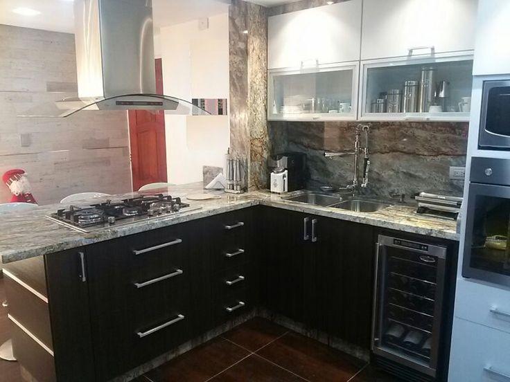 Cocina con f rmica blanco mate y wenge legno puertas con for Marmoles y granitos para cocinas