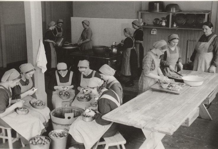Karhunmäen kristillisen opiston tytöt keittiöhommissa, 1938.