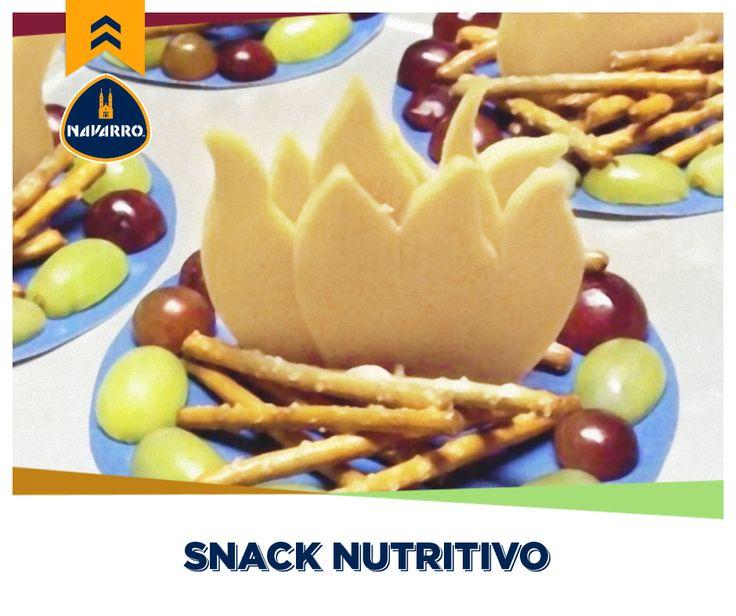 ¡Haz de la comida una deliciosa experiencia! Prepárales a tus hijos unas deliciosas fogatas con Queso Cheddar NAVARRO, palitos de pretzel y uvas.
