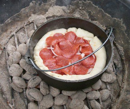 Dutch Oven Pizza, Camp Cooking Recipes, Pizza Recipes, Dutch Oven Recipes, Camp Fire Cooking, Cast Iron Pan Recipes