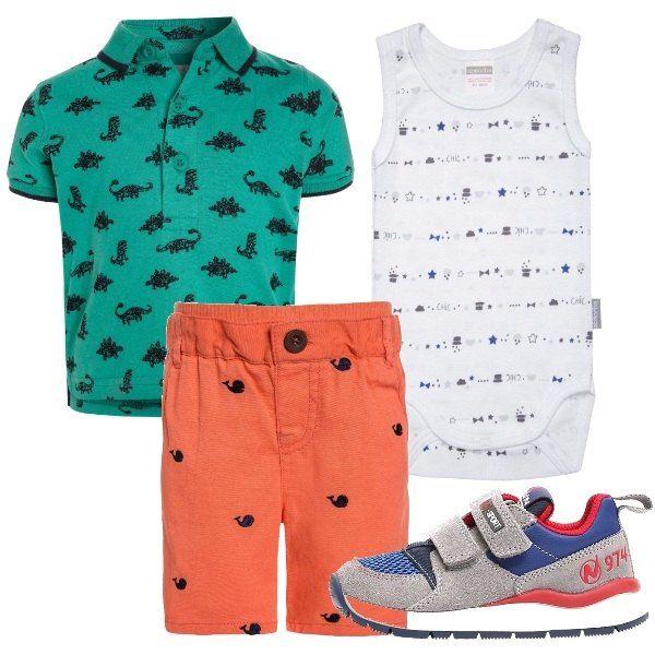 Body senza maniche con micro fantasia, polo manica corta con sfondo verde e stampa di dinosauri, pantaloncini corti con piccole balene e scarpine primi passi che riprendono i colori dell'outfit.
