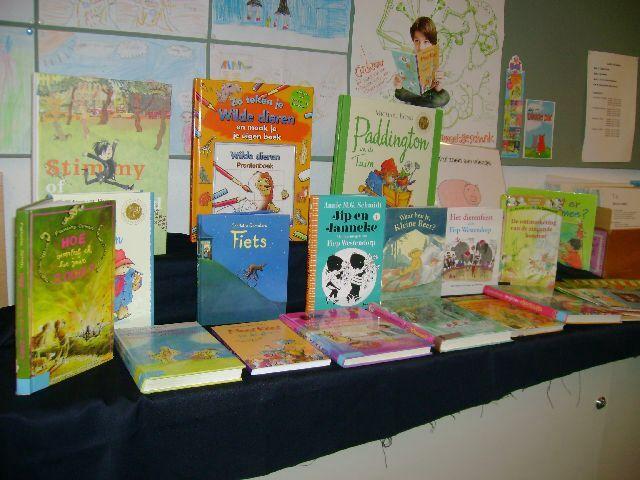 Maak een tentoonstelling met verschillende soorten boeken, informatie-, woorden-, doe- (zoals kook en knutselboeken), zoekboeken, verschillende genres boeken, atlassen etc. Welke voorkeur hebben de leerlingen om te lezen? Een eigen boek maken en toevoegen is ook leuk.