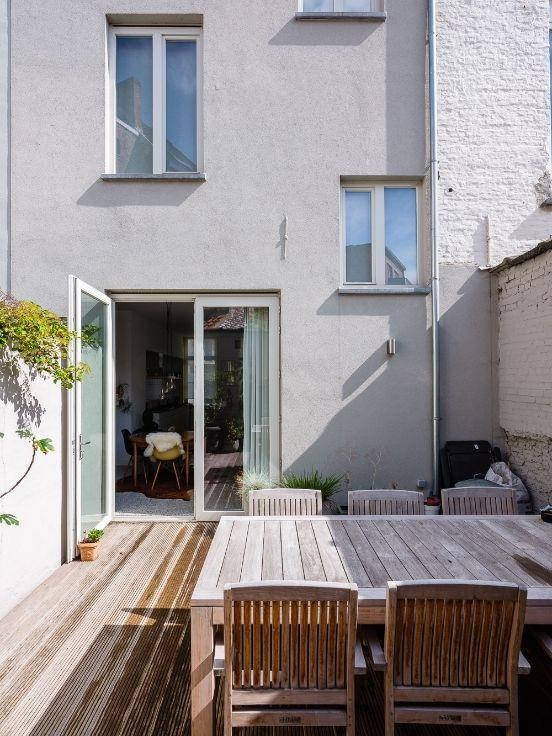 Te huur - Herenhuis 3 slaapkamer(s)   - Achter de witte voorgevel van deze herenwoning met tuin treft u een aangename verrassing. Het huis werd in 2014 van kelder tot nok smaakvol gereno  - wasplaats - dubbel glas 1 bad(en) -   2 gevel(s) -  2 toilet(ten) -  - eetkamer