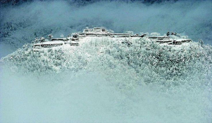 あの景色が雪化粧でさらに荘厳に..!冬の絶景が美しい日本の名スポット5選 | by.S 天空のお城がさらに幻想的に 竹田城跡【兵庫】