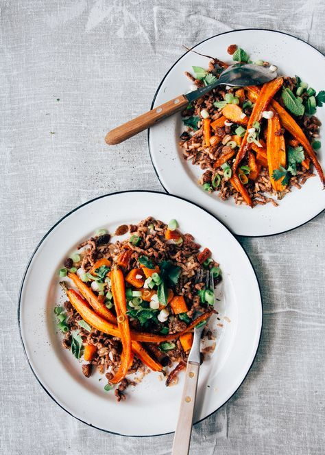 Heerlijke pilav rijst met rozijnen en oven geroosterde worteltjes met honing en komijn. Het gehakt uit het recept is lekker gekruid met komijn en koriander.