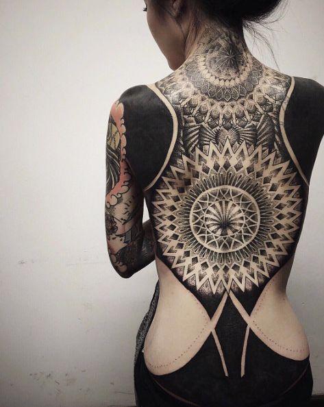 Ce look est inspiré des tatouages néo-tribaux qui ont évolué à partir de vieux signes tribaux sacrés, selon Chester Lee.