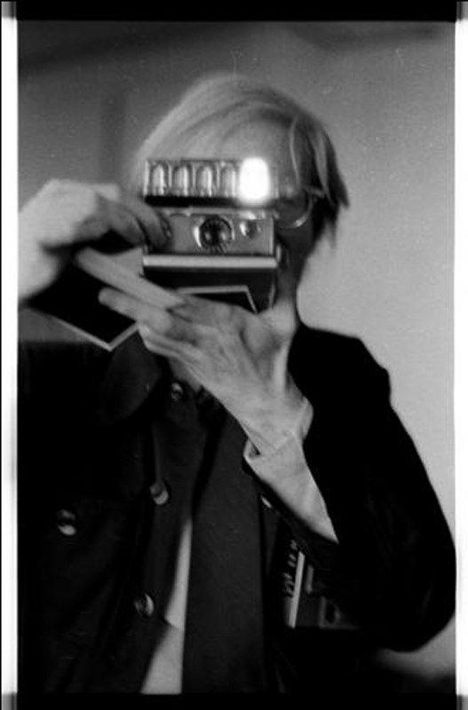 adreciclarte:    Andy Warhol with a SX-70 Polaroid by Anton Perich     In quegli anni anch'io avevo una polaroid, che avevo preso a Napoli (dove facevo il militare alla Direzione di Commissariato del X Comiliter) alla Forcella. Se andiamo a guardare, ho delle foto(non delle polaroid) sul lungomare Caracciolo con Marisa Aino, che, poi, diventerà mia moglie. Nessuno mi ha fotografato, però, a differenza di Andy Warhol, né sul lungomare Caracciolo, né sul lungomare di Trebisacce, né su altri…
