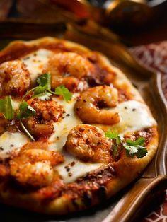 Pizza aux Tomates et aux Crevettes Assaisonnées au Curry avec Mozzarella Fraîche et Coriandre