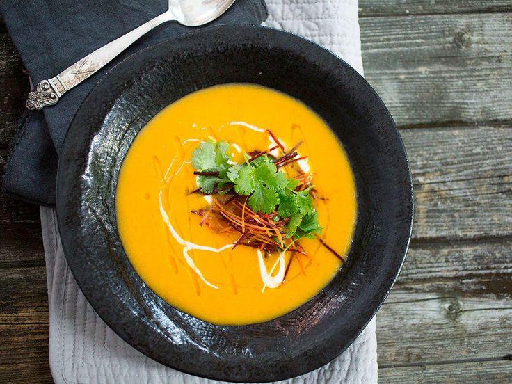 Kjempedeilig suppe med vakker, solgul farge.