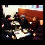 Skådespelarna värmer upp med kaffe i bibliotekscaféet innan högläsningen i Rotundan, Stadsbiblioteket