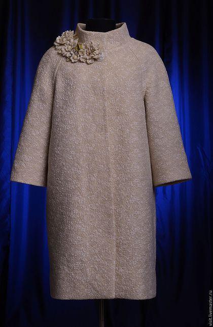 Купить или заказать Пальто-кокон 'Грейс-оверсайз' в интернет-магазине на Ярмарке Мастеров. Пальто-кокон или пальто-оверсайз — сегодняшний хит. Последние несколько лет наибольшей популярностью пользуется пальто оверсайз пастельных оттенков. Смотрятся пальто этих оттенков изысканно и респектабельно. Если девушка надела такое пальто — она в тренде. Пальто сшито из ткани, созданной вручную методом мокрого валяния из мериносовой шерсти и кружевного полотна.
