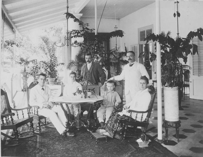 Portret van W.C. van Benthem Jutting met familie op de voorgalerij van zijn huis aan de Kebon Sirih in Weltevreden