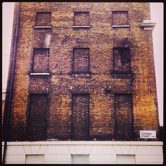 Starting to get a bit addicted to this windowless houses in #NorthLondon #Camden Get the #Kooky #London #App #ig_London #igLondon #London_only #UK #England #English #GreatBritain #British #quirky #odd #weird #photoftheday #photography #picoftheday #igerslondon #lovelondon #timeoutlondon #instalondon #mylondon #Padgram