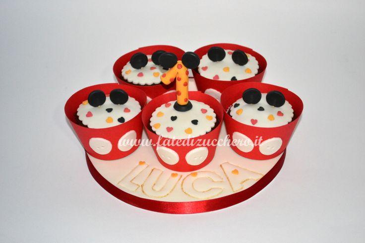 Mini Torta di Cupcake in tema Topolino: con vassoio decorato, piccole orecchie, numero uno personalizzato e pirottini interamente realizzati a mano