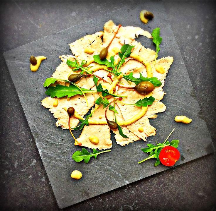 Vitello tonato… deze antipasto is afkomstig uit Piemonte (Italië), uitgegroeid tot een echte klassieker en intussen wereldberoemd. Anders dan nu, was de combinatie van vlees en vis toeneerder verrassend, maar wát een resultaat! De subtiele tonijnsmaak samen met het kalfsvlees, overheerlijk vind ik het. Tal vanrecepten van vitello tonato en evenveel bereidingswijzen, maar voor de …