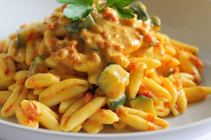 I cavatelli con panna, pomodori secchi, zucchine e curry sono un primo piatto vegetariano molto gustoso e dal sapore intenso. Ecco la ricetta