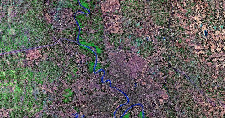 Cómo crear una foto satelital grande con Google Maps. Google Maps puede mostrar una foto satelital de cualquier punto en el planeta Tierra, pero esta foto es limitada en tamaño; la vista más grande que puedes generar en tu pantalla es solo de 1200 por 500 píxeles. Puedes, sin embargo, usar imágenes de Google Maps para construir una foto satelital tan grande como quieras. Es simplemente cuestión de ...