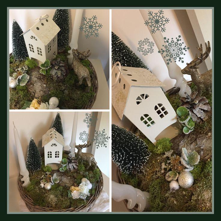 Centrotavola realizzato a mano con muschio, fiori artificiali, candele, casetta di latta