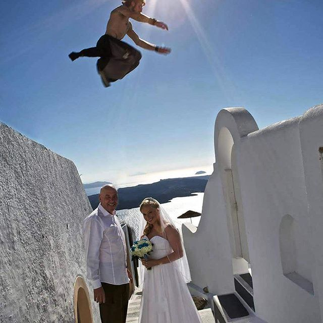 A stunning #weddingphoto , result of an unexpected timing! #parcour #santorini #santoriniisland #wedding #redbull #redbullartofmotion #spicybitescateringevents #catering