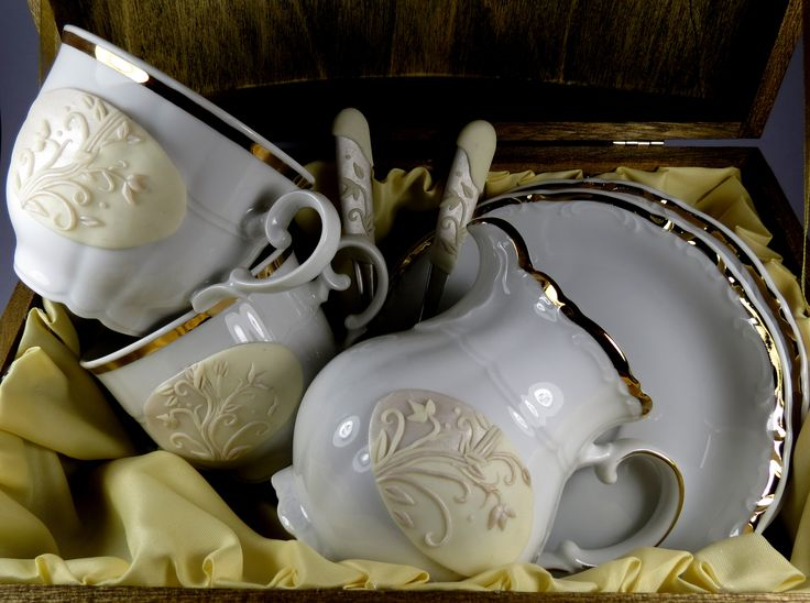 Igazi finom német Mitterteich porcelánt díszítettem polimer clay feltéttel.  Hófehér, anyagában is finoman mintás, aranyszegélyű bögrékre került a gyöngyházfehér, törtfehér osztatú alap, s erre a virágos minta.  2 személyes teás szett, tejszínes kiöntővel.