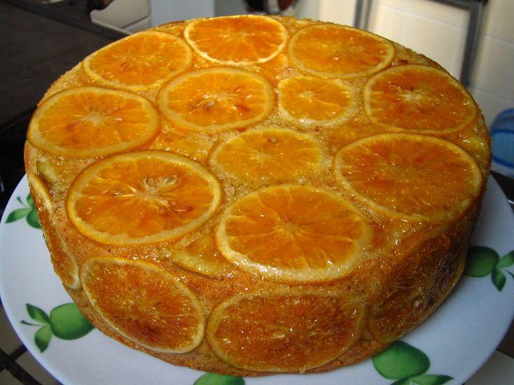 Cobertura de laranja:  - 1 xícara de Açúcar  - ½ xícara (125ml) de Água  - 2 Laranjas grandes, com a casca, em fatias finas  Para fazer a co...