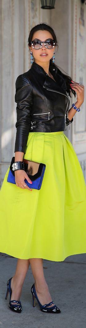 Me encanta el conjunto de la fuerza de la chaqueta con la delicadeza de la falda:))                                                                                                                                                                                 Más