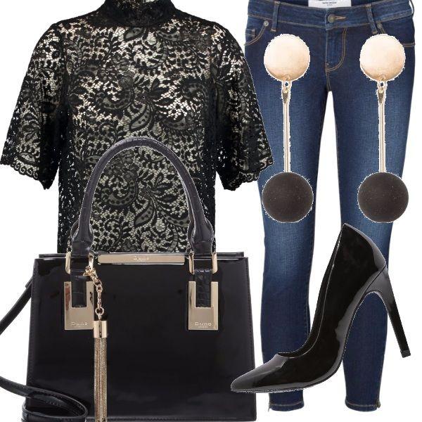 Il pizzo nero della camicetta abbinato ai jeans skinny: scarpe décollètè con tacco alto, borsa di vernice a mano e un paio di orecchini pendenti: il look perfetto per una serata importante o un evento.