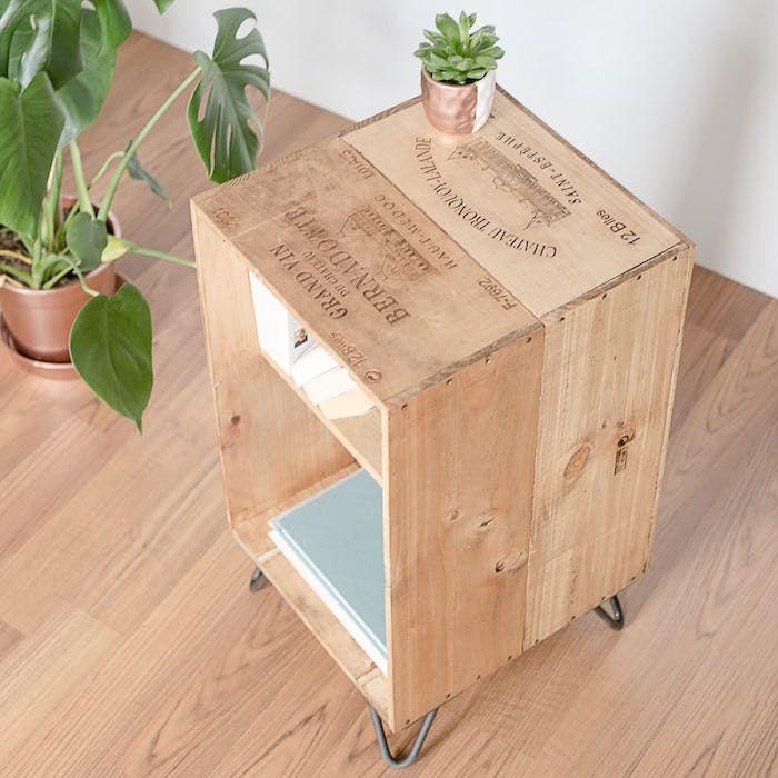 caisse en bois deco faire étagère avec vieilles caisses de vin caissettes de pommes cagettes anciennes idee deco bibliothèque diy pas chere rangement livres recyclé meuble design recup salon