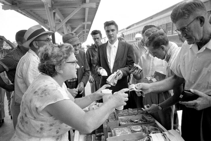 Even Elvis queues for snacks.  vintage everyday: Photographs of Elvis Presley in the Beginning by Alfred Wertheimer.  July 4, 1956. Lunchtime in Sheffield, Alabama. He's got his snowcones and chicken wings…and his chocolate milk.