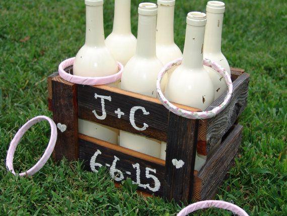 Cette liste est pour un ensemble anneau de tirage au sort de jeu qui a un style rustique / vintage / pays. Nous avons fait un jeu pour notre mariage et les enfants adoré ! Également idéal pour les anniversaires, réunions de famille, repas en plein air, etc. !  La caisse est faite de vieux bois patiné qui provient dune grange centenaire. Il y a 6 bouteilles peintes couleurs Ivoire inclus avec le jeu avec 4 anneaux enveloppé avec plaisir imprimé shabby chics tissus imprimés roses (mod...