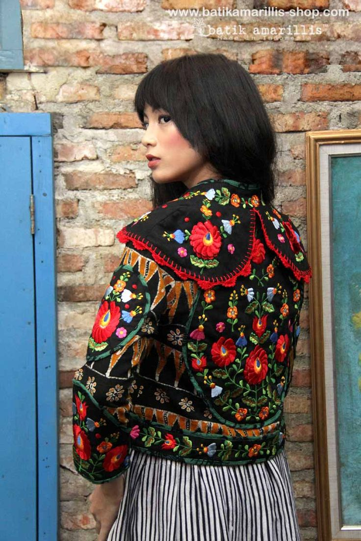 Batik Amarillis's Torera embroidery jacket 01 What a piece of craftmanship!Combining rich Hungarian embroidery,hand knitted lace,the patterns,colours,brilliance,elegance & luxurious materials intricate to this opulent piece with the androgynous classic
