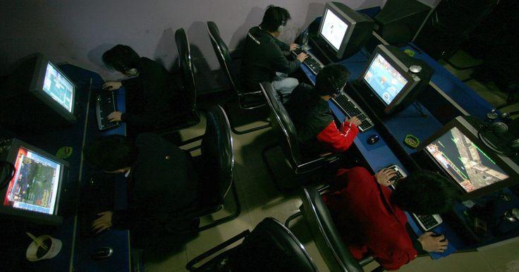 Las ventajas y desventajas de los Cibercafés. Un Cibercafé es un negocio que ofrece Internet, por lo general a un costo en base al tiempo de uso. Algunos lugares ofrecen aperitivos o café. En Asia, los cibercafés están montados como laboratorios de computación y están orientados a juegos de alta velocidad. En los países occidentales, los cibercafés son áreas que ofrecen Wi-Fi para el público, ...