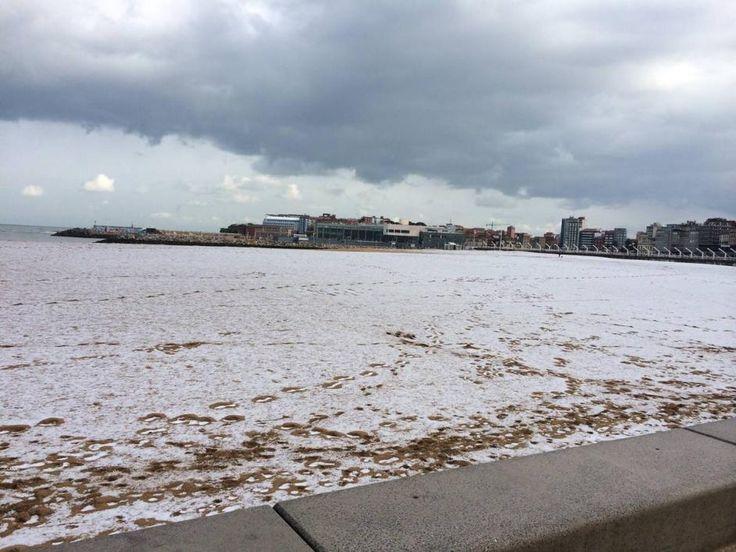 La nieve cubre de blanco Gijón, Playa de Poniente, Gijón. 06/02/2015