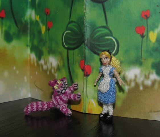 A mano in miniatura di Alice nel paese delle meraviglie!  Alice è solo 3 cm / app. 1.2   Lei è maglia e molto dettagliate.    Questo elenco è solo per Alice. Il gatto del Cheshire potrebbe essere trovate qui:  https://www.Etsy.com/listing/163878944/Cheshire-Cat-1-inch-Dollhouse-Miniatures?REF=shop_home_active    Per miniatura più personaggi Disney:  https://www.Etsy.com/shop/ByAnni?section_id=13334662    Grazie per guardare