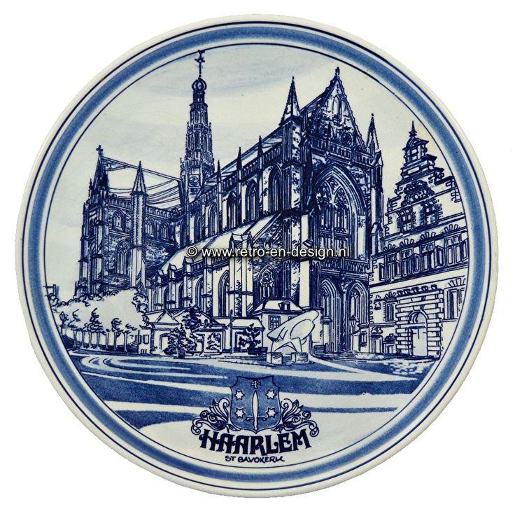 Wandbord. Haarlem st Bavokerk. Delfts handbeschilderd  Handbeschilderd wandbord met afbeelding van de st. Bavokerk in Haarlem.  Delfts handbeschilderd. Genummerd en gesigneerd.  Diameter: 26 cm. zie: http://www.retro-en-design.nl/a-43343707/aardewerk/wandbord-haarlem-st-bavokerk-delfts-handbeschilderd/