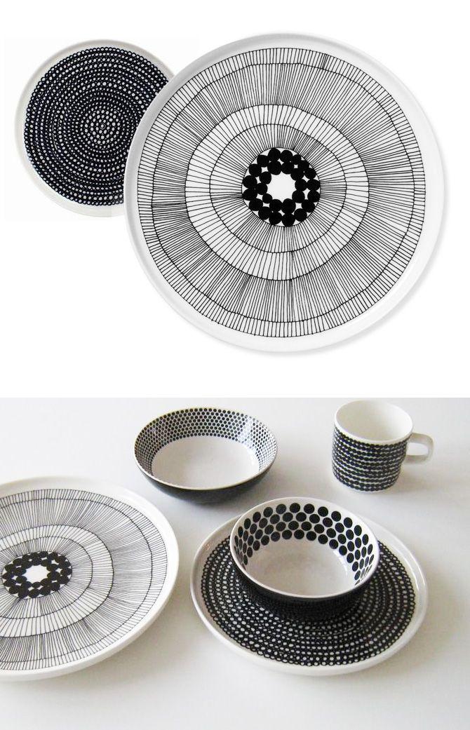 Hrnky, talíře a další doplňky s černobílým geometrickým vzorem / Marimekko