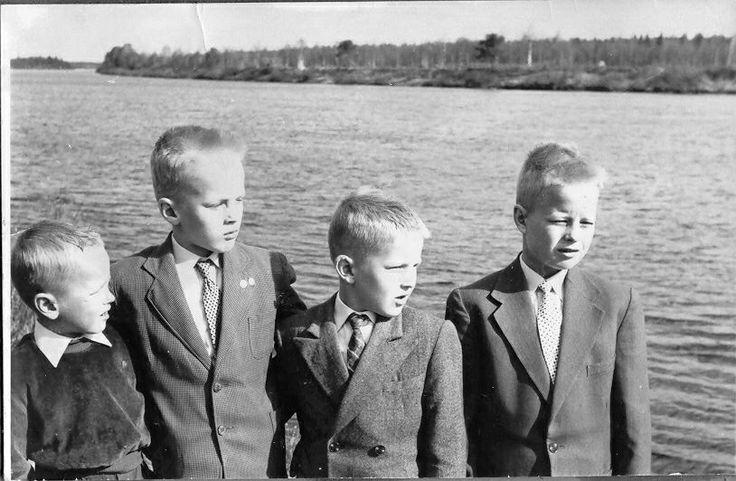 Minä ja veljeni 1960-luvulla. Minulla näkyy olevan kaksi rintamerkkiä puvun käänteessä :-)