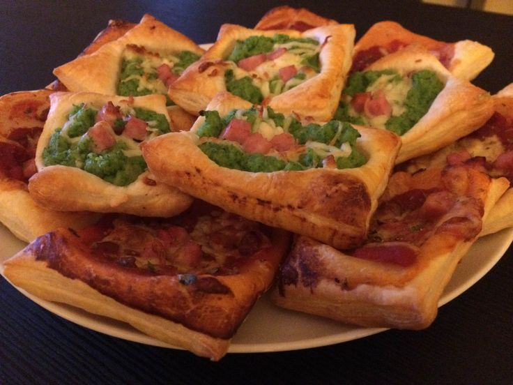 Puff pastry mini pizzas: great and romantic appetizers for your Valentine's dinner at home!