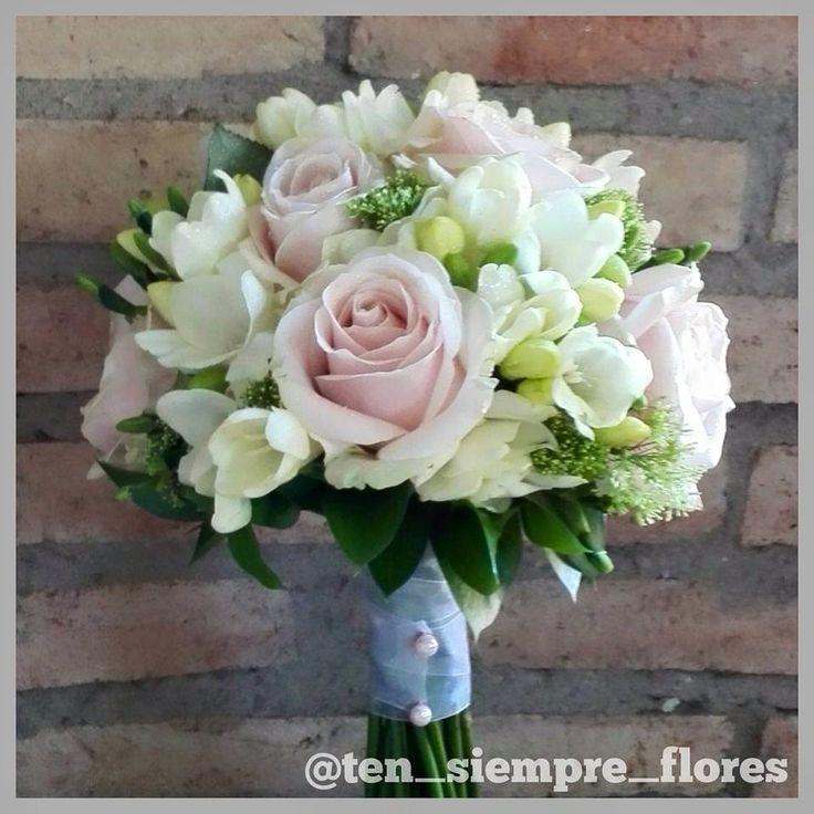Dulce ramo de novia con freesias y rosas sweet avalanche